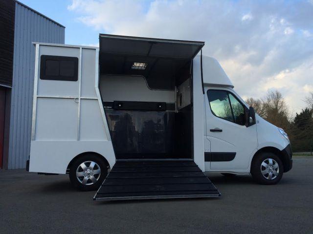 location camionnette vl pour transport de 2 chevaux. Black Bedroom Furniture Sets. Home Design Ideas
