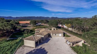 Propriété équestre 6 ha, 62 boxes, manège, villas