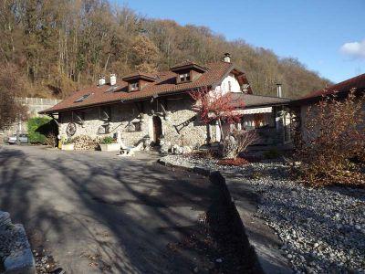 Propriété à 12 kms de Genève sur 5,2 hectares.