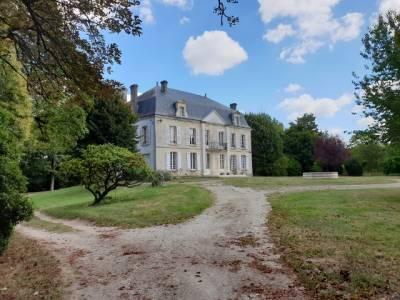 Château + 30HA  à 25mn de Cognac / St Jean d'Angely