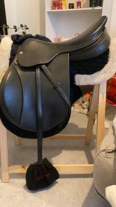 Selle de saut Henri de Rivel 17,5 cuir noir