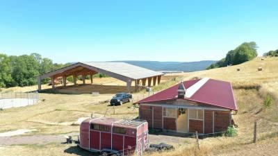 Ecurie de propriétaires sur 15 ha avec vue sur vallée