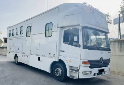 Camión Mercedes para 4 caballos y vivienda